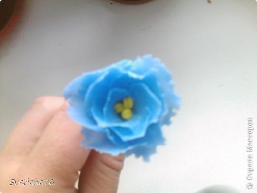 Берем проволоку 13-14 сантиметров (у меня для бисера, другой нет, у нас трудно найти), с одного конца загибаем петелькой. Таких проволочек нужно 28 штук (21 на цветы, 7 на бутоны) На каждый цветок по 3 проволочки.  фото 9