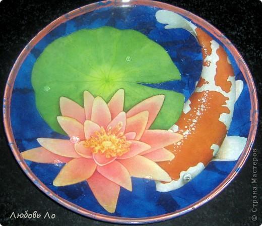 Использовала: стеклянная икеевская тарелка, декупажная бумага, салфетка, клей ПВА, лак кракелюрный, краска акриловая, лак финишный. фото 1