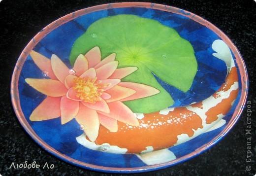 Использовала: стеклянная икеевская тарелка, декупажная бумага, салфетка, клей ПВА, лак кракелюрный, краска акриловая, лак финишный. фото 2