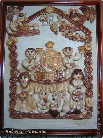 Вот такая картина-ключница,по мотивам работ Ларисы Ивановой,у меня получилась.Внизу будут прикручены пять крючков,для ключей всех членов семьи,они все изображены на этой картине.Хотелось сделать и картину и оберег и ключницу,три в одном. фото 1