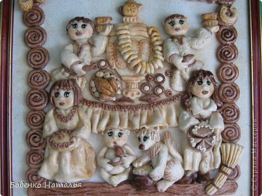 Вот такая картина-ключница,по мотивам работ Ларисы Ивановой,у меня получилась.Внизу будут прикручены пять крючков,для ключей всех членов семьи,они все изображены на этой картине.Хотелось сделать и картину и оберег и ключницу,три в одном. фото 3