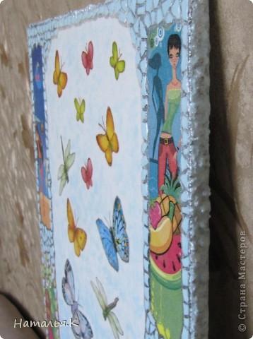 Мне захотелось собрать как можно больше красок лета: цветы с кружащими над ними стрекозами и бабочками, фрукты, девушек на пляже. Получилось вот такое панно. фото 3