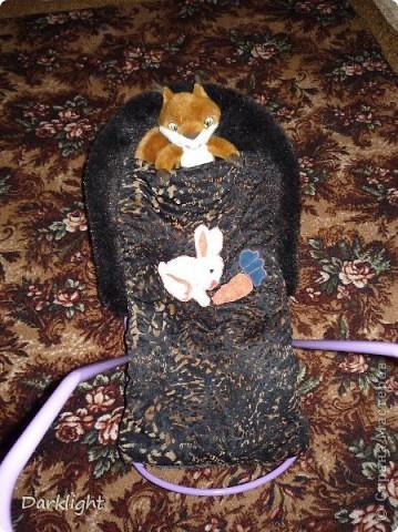 Сшито из шубы. Внутри мех, сверху декоративная ткань, между ними слой ватина.  Крепится к санкам съемными резинками. На одеяльце выполнена аппликация. фото 2
