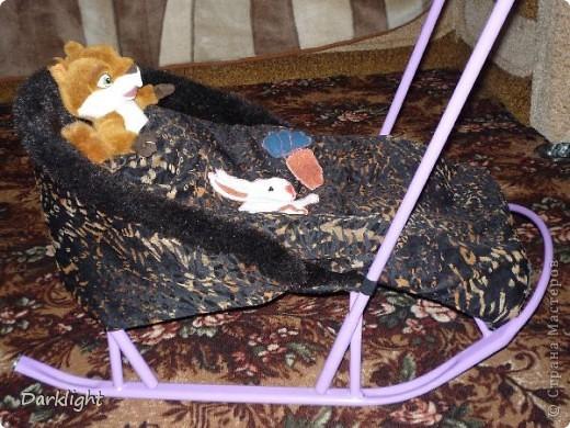 Сшито из шубы. Внутри мех, сверху декоративная ткань, между ними слой ватина.  Крепится к санкам съемными резинками. На одеяльце выполнена аппликация. фото 1