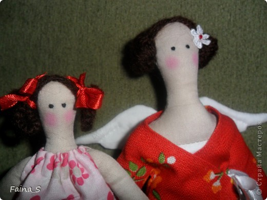 Сегодня показываю тильду-маму с дочкой. Моя свекровь попросила меня сшить  для неё тильдочку. Сначала хотела сделать птичницу или ангела огорода ( ведь они живут в деревне). Но для нашей мамы главное в жизни - дети, поэтому решено было шить мамочку ( идею взяла из интернета). Мама еще не видела своих куколок. Не знаю: понравиться ей или нет. фото 3