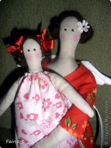 Сегодня показываю тильду-маму с дочкой. Моя свекровь попросила меня сшить  для неё тильдочку. Сначала хотела сделать птичницу или ангела огорода ( ведь они живут в деревне). Но для нашей мамы главное в жизни - дети, поэтому решено было шить мамочку ( идею взяла из интернета). Мама еще не видела своих куколок. Не знаю: понравиться ей или нет. фото 6