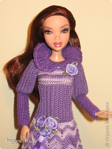 Получив волшебный пендель от своей сестры, я наконец-то решила предложить вашему вниманию, дорогие мастерицы, коллекцию одежды, изготовленной мною для своих любимых куколок. Все куколки имеют имена, и в моей коллекции остались, потому что очень мне приятны и дороги.  Первая моя девочка, и первое платье, связанное после того, как я узнала, что существует очень много людей с такой же страстной любовью к куклам.  Катя. фото 18