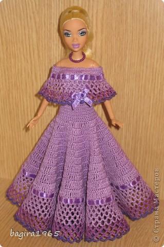 Получив волшебный пендель от своей сестры, я наконец-то решила предложить вашему вниманию, дорогие мастерицы, коллекцию одежды, изготовленной мною для своих любимых куколок. Все куколки имеют имена, и в моей коллекции остались, потому что очень мне приятны и дороги.  Первая моя девочка, и первое платье, связанное после того, как я узнала, что существует очень много людей с такой же страстной любовью к куклам.  Катя. фото 1