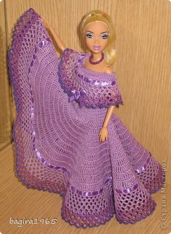 Получив волшебный пендель от своей сестры, я наконец-то решила предложить вашему вниманию, дорогие мастерицы, коллекцию одежды, изготовленной мною для своих любимых куколок. Все куколки имеют имена, и в моей коллекции остались, потому что очень мне приятны и дороги.  Первая моя девочка, и первое платье, связанное после того, как я узнала, что существует очень много людей с такой же страстной любовью к куклам.  Катя. фото 2