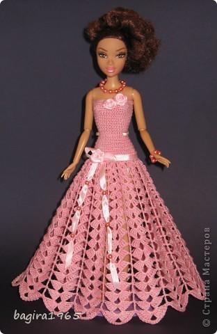 Получив волшебный пендель от своей сестры, я наконец-то решила предложить вашему вниманию, дорогие мастерицы, коллекцию одежды, изготовленной мною для своих любимых куколок. Все куколки имеют имена, и в моей коллекции остались, потому что очень мне приятны и дороги.  Первая моя девочка, и первое платье, связанное после того, как я узнала, что существует очень много людей с такой же страстной любовью к куклам.  Катя. фото 5