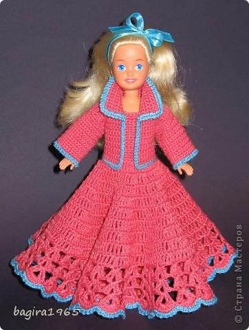 Получив волшебный пендель от своей сестры, я наконец-то решила предложить вашему вниманию, дорогие мастерицы, коллекцию одежды, изготовленной мною для своих любимых куколок. Все куколки имеют имена, и в моей коллекции остались, потому что очень мне приятны и дороги.  Первая моя девочка, и первое платье, связанное после того, как я узнала, что существует очень много людей с такой же страстной любовью к куклам.  Катя. фото 10