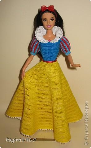Получив волшебный пендель от своей сестры, я наконец-то решила предложить вашему вниманию, дорогие мастерицы, коллекцию одежды, изготовленной мною для своих любимых куколок. Все куколки имеют имена, и в моей коллекции остались, потому что очень мне приятны и дороги.  Первая моя девочка, и первое платье, связанное после того, как я узнала, что существует очень много людей с такой же страстной любовью к куклам.  Катя. фото 19