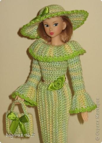 Получив волшебный пендель от своей сестры, я наконец-то решила предложить вашему вниманию, дорогие мастерицы, коллекцию одежды, изготовленной мною для своих любимых куколок. Все куколки имеют имена, и в моей коллекции остались, потому что очень мне приятны и дороги.  Первая моя девочка, и первое платье, связанное после того, как я узнала, что существует очень много людей с такой же страстной любовью к куклам.  Катя. фото 15