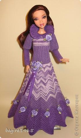 Получив волшебный пендель от своей сестры, я наконец-то решила предложить вашему вниманию, дорогие мастерицы, коллекцию одежды, изготовленной мною для своих любимых куколок. Все куколки имеют имена, и в моей коллекции остались, потому что очень мне приятны и дороги.  Первая моя девочка, и первое платье, связанное после того, как я узнала, что существует очень много людей с такой же страстной любовью к куклам.  Катя. фото 16
