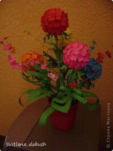 Основа цветка-теннисные шарики.Цветочки вырезанные фигурным дыроколом,-а дальше фантазия)) фото 1