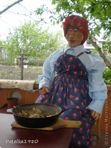 Живет на нашей даче такая вот помошница - мы зовём её бабой Гагой, с утра и до позднего вечера она вся в делах и заботах. Пока не очень жарко пасёт на лужку двух гусяток)) фото 3