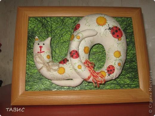 Зимой на выставке-распродаже прикупила белого котика из бязи. Пролежал он у меня полгода и вот добралась я до него: украсила декупажем (первый раз делала на ткани), поместила на зеленую лужайку из сезаля и вставила панно в рамочку. Подарила подруге: она знатная кошатница!