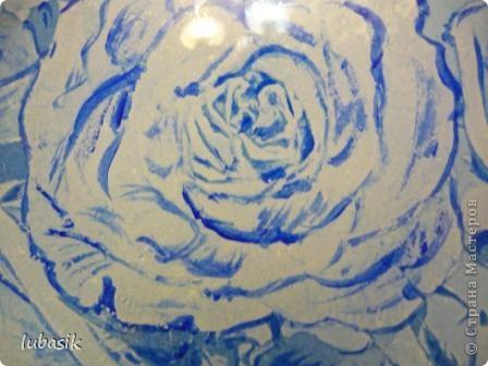 Понравилась салфетка с синими розами. Но рисунок был бледноват, поэтомуя подкрасила его немного акриловыми красками, перед тем как клеить. фото 3