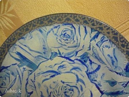 Понравилась салфетка с синими розами. Но рисунок был бледноват, поэтомуя подкрасила его немного акриловыми красками, перед тем как клеить. фото 4