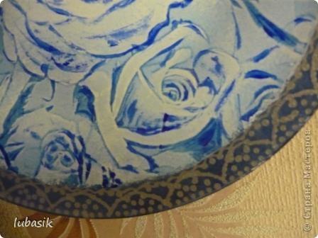 Понравилась салфетка с синими розами. Но рисунок был бледноват, поэтомуя подкрасила его немного акриловыми красками, перед тем как клеить. фото 5
