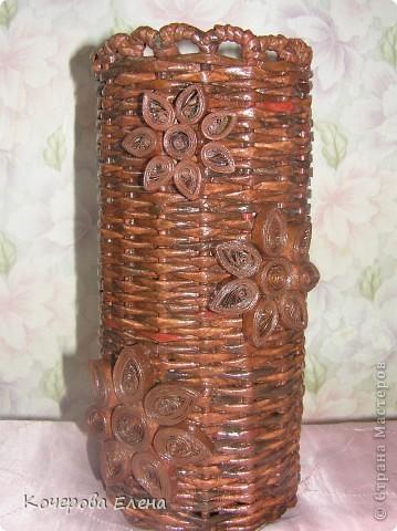 Попробовала сделать вазочку, в которую можно!!! наливать воду (пластиковую коричневую бутылку, которая служила основой, решила не убирать).  фото 1