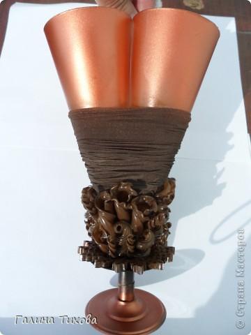 Вазу я сделала из одноразовых фужеров, декорировала эластичным носком и макаронами; ветки изготовила из пластиковых бутылок. фото 10
