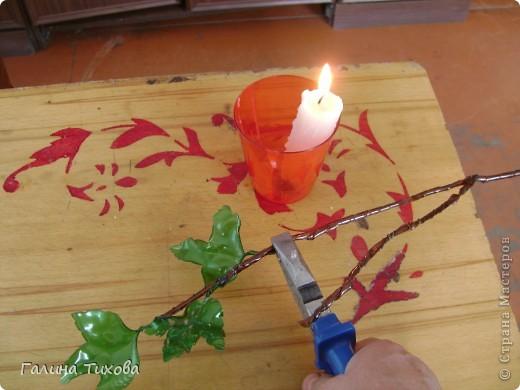 Вазу я сделала из одноразовых фужеров, декорировала эластичным носком и макаронами; ветки изготовила из пластиковых бутылок. фото 29