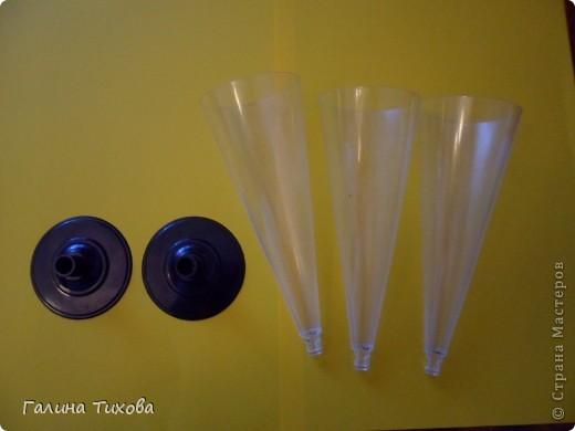 Вазу я сделала из одноразовых фужеров, декорировала эластичным носком и макаронами; ветки изготовила из пластиковых бутылок. Мастер-класс: http://masterica.maxiwebsite.ru/archives/6193#more-6193 фото 2