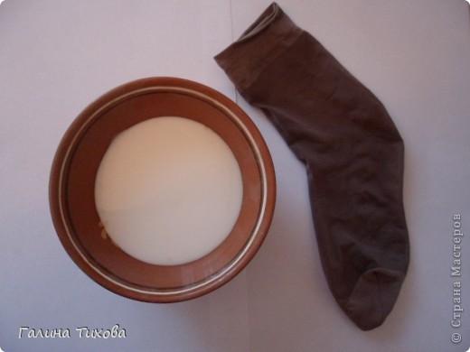 Вазу я сделала из одноразовых фужеров, декорировала эластичным носком и макаронами; ветки изготовила из пластиковых бутылок. фото 3