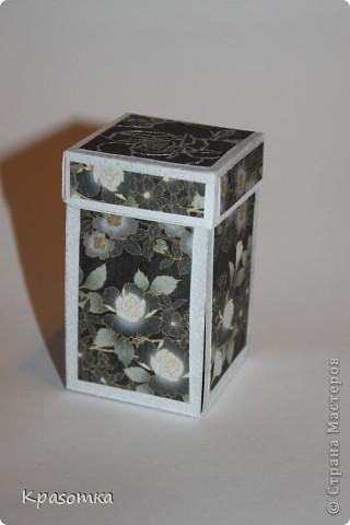 Очень мне понравились такие коробочки с сюрпризом. Эту сделали для нашей бабушки на день рождения. Свечка настоящая. Высота кусочка тортика 3,5см. фото 4