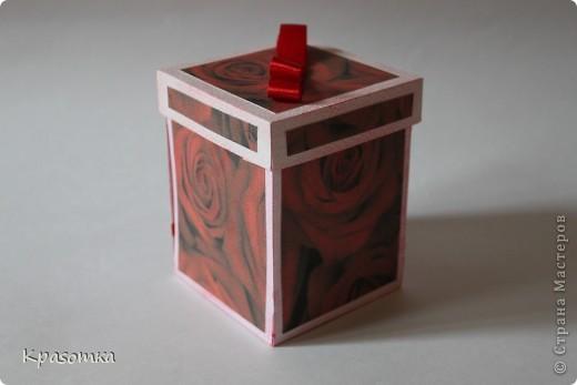 Очень мне понравились такие коробочки с сюрпризом. Эту сделали для нашей бабушки на день рождения. Свечка настоящая. Высота кусочка тортика 3,5см. фото 3