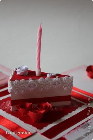 Очень мне понравились такие коробочки с сюрпризом. Эту сделали для нашей бабушки на день рождения. Свечка настоящая. Высота кусочка тортика 3,5см. фото 1