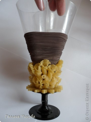 Вазу я сделала из одноразовых фужеров, декорировала эластичным носком и макаронами; ветки изготовила из пластиковых бутылок. фото 9