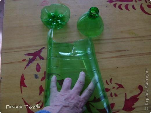 Вазу я сделала из одноразовых фужеров, декорировала эластичным носком и макаронами; ветки изготовила из пластиковых бутылок. фото 18