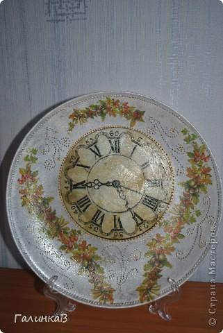 Вот такая получилась тарелочка (часы и цветочные гирлянды - декупаж, точечная роспись серебром, тарелка покрыта матовой краской) фото 2