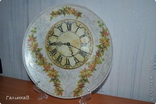 Вот такая получилась тарелочка (часы и цветочные гирлянды - декупаж, точечная роспись серебром, тарелка покрыта матовой краской) фото 1