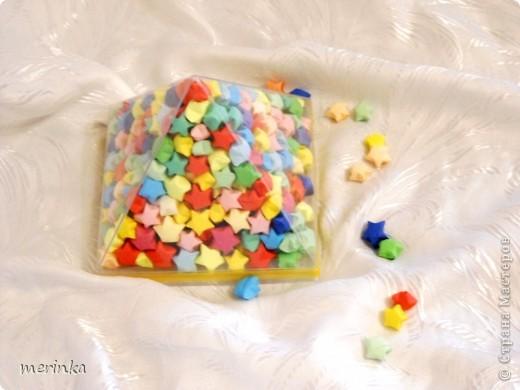 Давно влюблена в эти замечательные звездочки, но не было подходящей тары, и вот наконец-то коробка из-под конфет нашлась. Купила около 20 цветов офисной бумаги, и началось....... фото 3
