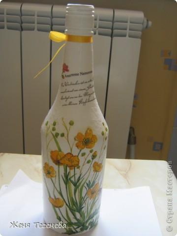 Дорогие мастерицы, посоветуйте пожалуйста!!! Как наклеить салфетку без складочек в том месте, где бутылка сужается? фото 3