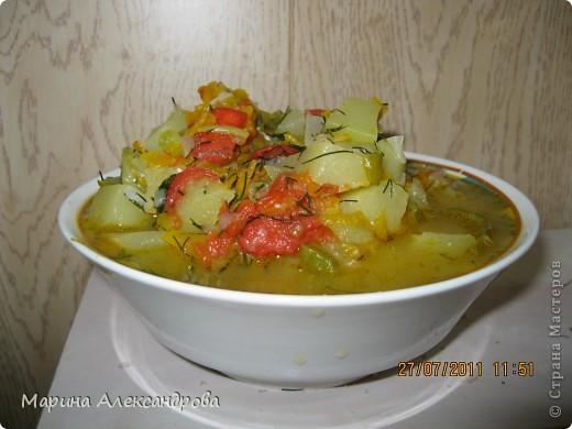 Рецепт: Морковь на крупной терке, кабачок кубиками, перец полукольцами, помидор кубиками или дольками, лук кубиками. Укладываю морковь в казан в разогретое подсолнечное масло, довожу до золотистого цвета, спускаю лук, кабачок, минут через пять помидор, перец, чеснок, перец черный,соль и тушу до готовности. Время тушения зависит от объема! Все время помешивать, после готовности отключаю плиту и спускаю измельченый укроп. По такому же принципу закладываю и на хранение...в стерильные банки раскладываю икру, не стерилизую!! а заливаю до верху кипящим подсолнечным маслом и закатываю! Зимой вкус лета... фото 1