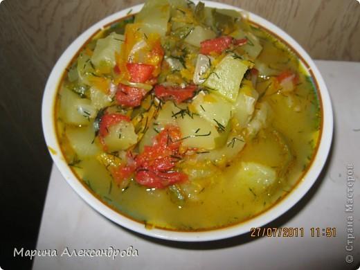 Рецепт: Морковь на крупной терке, кабачок кубиками, перец полукольцами, помидор кубиками или дольками, лук кубиками. Укладываю морковь в казан в разогретое подсолнечное масло, довожу до золотистого цвета, спускаю лук, кабачок, минут через пять помидор, перец, чеснок, перец черный,соль и тушу до готовности. Время тушения зависит от объема! Все время помешивать, после готовности отключаю плиту и спускаю измельченый укроп. По такому же принципу закладываю и на хранение...в стерильные банки раскладываю икру, не стерилизую!! а заливаю до верху кипящим подсолнечным маслом и закатываю! Зимой вкус лета... фото 2