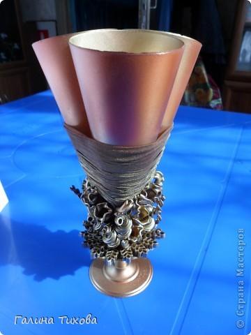 Вазу я сделала из одноразовых фужеров, декорировала эластичным носком и макаронами; ветки изготовила из пластиковых бутылок. фото 13