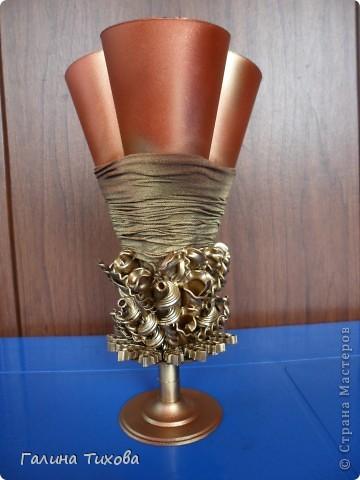 Вазу я сделала из одноразовых фужеров, декорировала эластичным носком и макаронами; ветки изготовила из пластиковых бутылок. фото 14