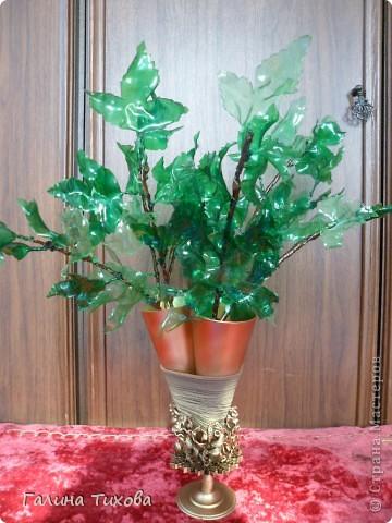Вазу я сделала из одноразовых фужеров, декорировала эластичным носком и макаронами; ветки изготовила из пластиковых бутылок. фото 32