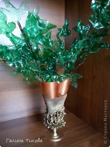 Вазу я сделала из одноразовых фужеров, декорировала эластичным носком и макаронами; ветки изготовила из пластиковых бутылок. фото 33