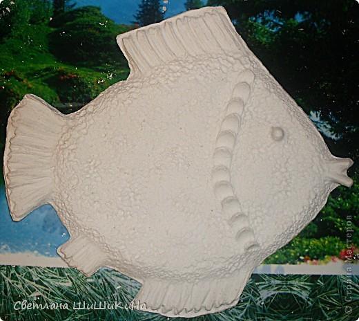 В предыдущем МК - http://stranamasterov.ru/node/218122 мы с Люсинэ искали способ изготовления изделий из гипса. Отлили простые и плоские круги и рыбок. И вот мы решили усложнить наши изыскания... Попробовали сделать что-нибудь посложнее и с фактурой... Итак, раскатали соленое тесто, очертили круг... фото 15