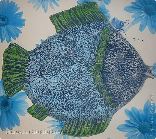 В предыдущем МК - http://stranamasterov.ru/node/218122 мы с Люсинэ искали способ изготовления изделий из гипса. Отлили простые и плоские круги и рыбок. И вот мы решили усложнить наши изыскания... Попробовали сделать что-нибудь посложнее и с фактурой... Итак, раскатали соленое тесто, очертили круг... фото 19