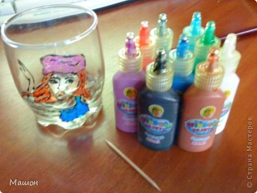 понадобилось:прозрачный стакан,витражные краски,зубочистка.. фото 1