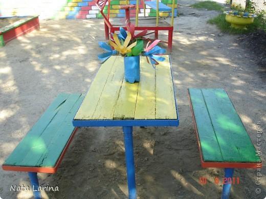 Букет из пластиковых цветов создан для дизайна детской площадки. Цветы покрашены краской. фото 3