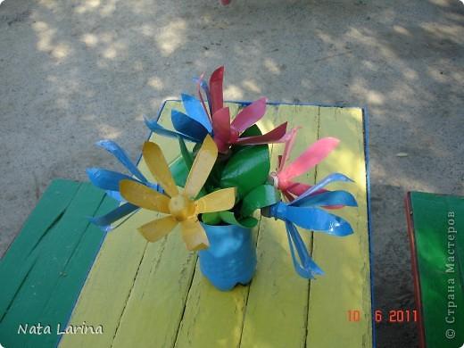 Букет из пластиковых цветов создан для дизайна детской площадки. Цветы покрашены краской. фото 2