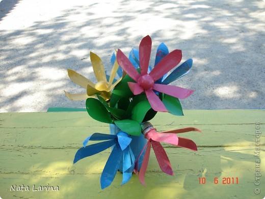 Букет из пластиковых цветов создан для дизайна детской площадки. Цветы покрашены краской. фото 1